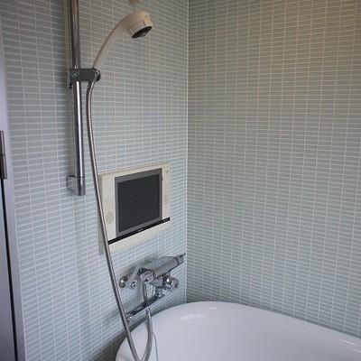 テレビがついているお風呂※写真は別部屋です