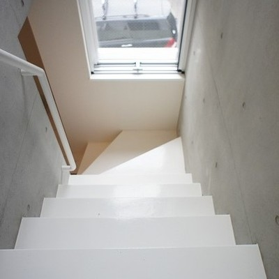 こちらは階段の窓※写真は別部屋です