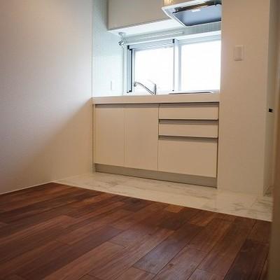 キッチンといい味のフローリング※写真は別部屋です