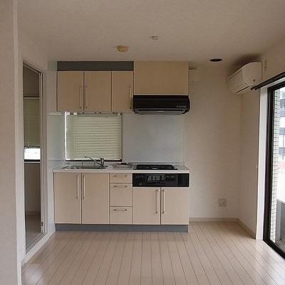 キッチン横には冷蔵庫。※写真は別部屋です