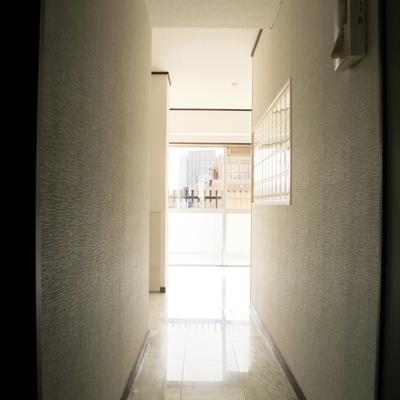廊下からLDKを、右側の壁の裏にキッチンがあります。