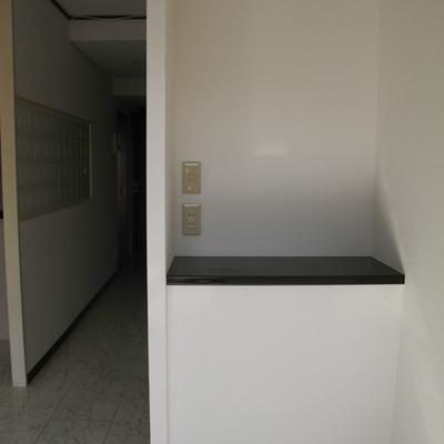 LDKにある棚。下に収納はありません。