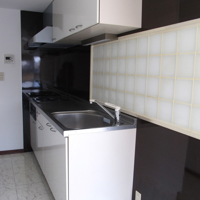 キッチンは2口ガスコンロ。後ろが狭いです。