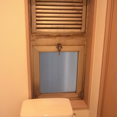 トイレの窓は古いもののままです。