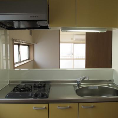 キッチンから見た様子、窓が多くて明るいお家です。