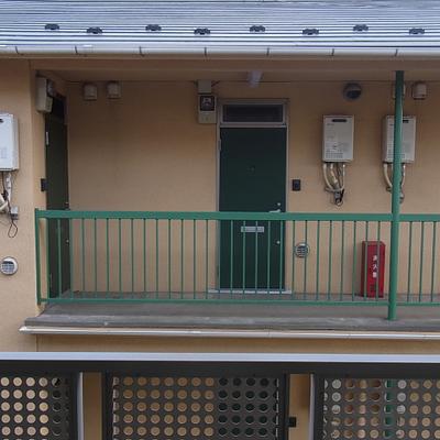 バルコニーの正面に、隣の建物の玄関が面しております。
