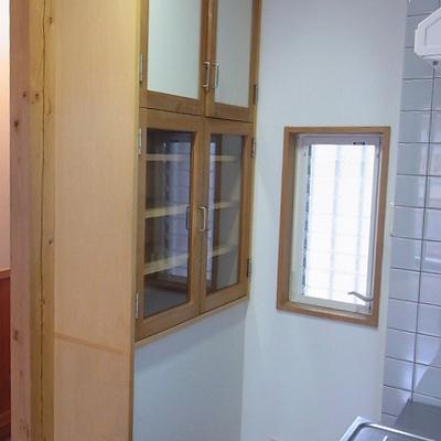 備え付け食器棚?木のフレームがレトロ可愛い。