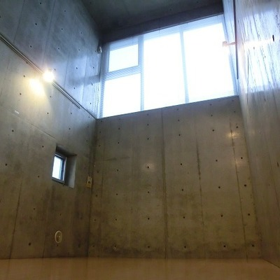 コンクリ壁×メゾネット×間接照明でおしゃれ