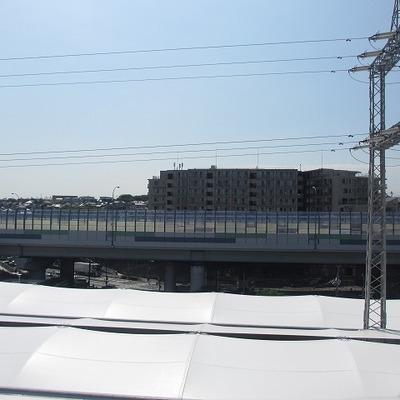 下の白いのは駅の屋根。それほど近い!
