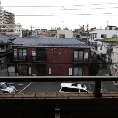 向かいは駐車場です。※この眺望は3階からの眺めです