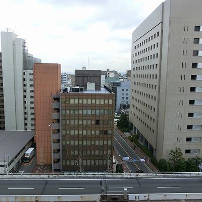 ベランダからの眺めは御堂筋とビジネス街