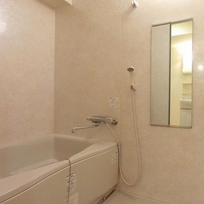 白でまとめられた清潔感のある浴室です
