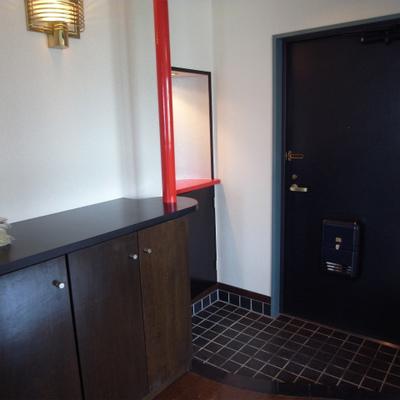 玄関は、赤のアクセントがぴりっと効いています