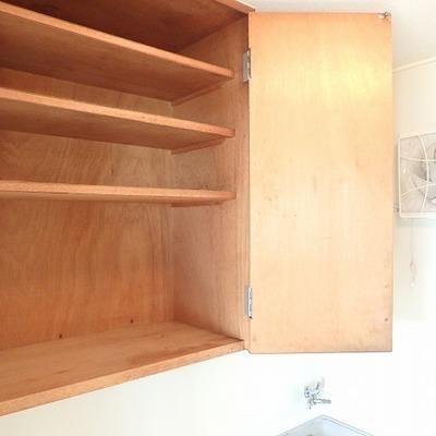 キッチンは下にも、上にも収納があります(こちらは頭上にある収納)
