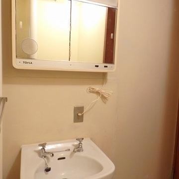独立洗面台、この鏡はレア!マニアにはたまらないという噂。