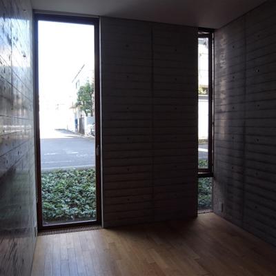 窓が細いので、明るくはありませんが、それもまた良し※写真は1階の同間取り別部屋のものです