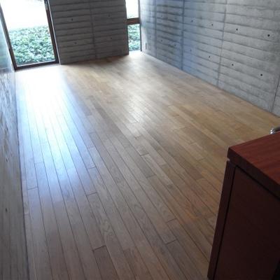 フローリングは無垢材を使っています※写真は1階の同間取り別部屋のものです