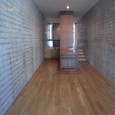 居室部分は広め。細長い印象です※写真は1階の同間取り別部屋のものです