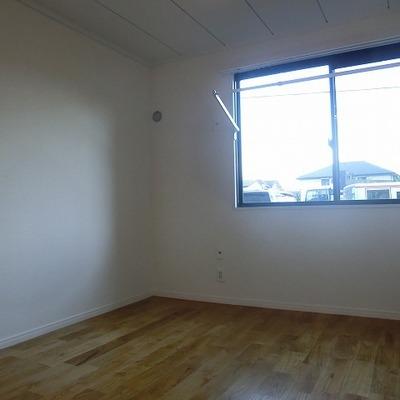小さいお部屋にも窓と収納あります
