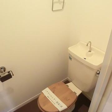 木製便座のトイレ