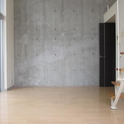 ロフトへの階段。床暖房付きです。 ※写真は別部屋です