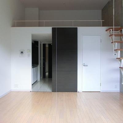 ロフトへの階段。床暖房付きです。※写真は別部屋