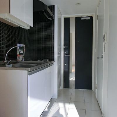 キッチンもブラックタイルの大人な雰囲気※写真は別部屋