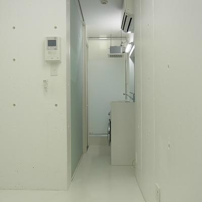 トイレはロールスクリーンで仕切れます※写真は別部屋です