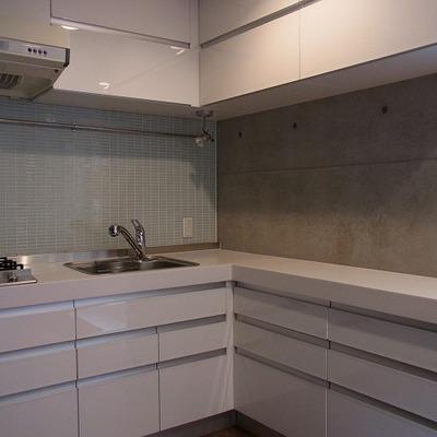 キッチンはタイル張りがすてきなL字キッチン