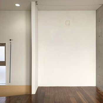 【3F】コンクリート壁側にテレビが置けますね。