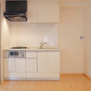 キッチンは機能的。冷蔵庫も隣にちゃんと置けますね。