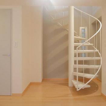 階段横の扉を開くと。