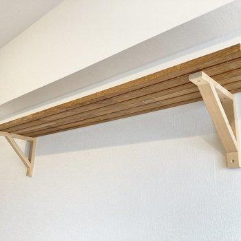 それに、木材でできた棚もあり、これまたキュートです。