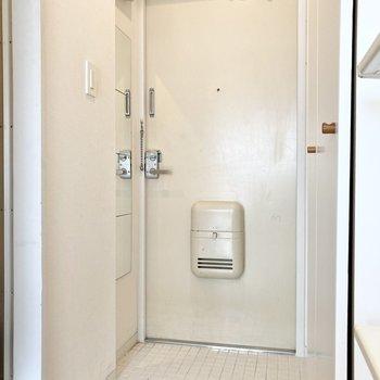 玄関は姿見もあって便利です。※写真はクリーニング前のものです