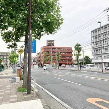 大通りにはコンビニや飲食点など便利に賑わっています。