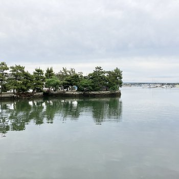 駅のすぐ近くには海が広がり、観光スポットの琵琶島神社があるんです。