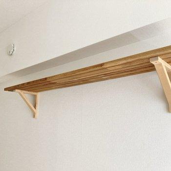 収納棚が木材でできていて素敵。※写真は通電・クリーニング前のものです