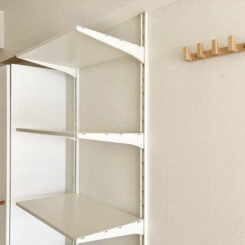 可動式の棚と、フックも便利に使えますね。※写真は通電・クリーニング前のものです