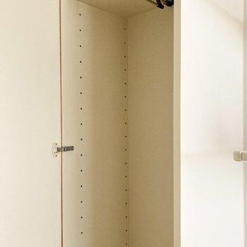 こちらシューズボックスかと思いきや、クローゼットがあります。※写真は通電・クリーニング前のものです