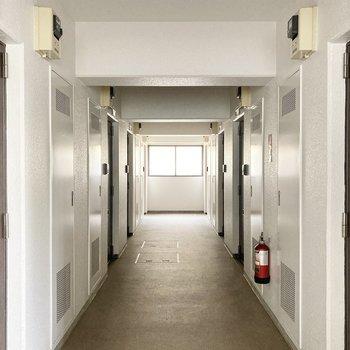 共用廊下は屋内なので雨の日も安心です。
