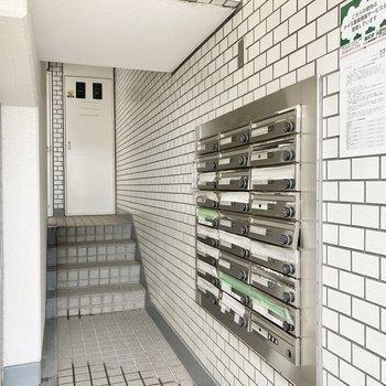 1階の入り口にポストコーナーがあります。