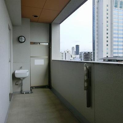 簡易手洗い場のある長いベランダです※画像は10202号室