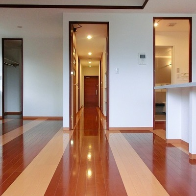 玄関へ続く廊下が長く見えるのはフローリングの効果かな?※画像