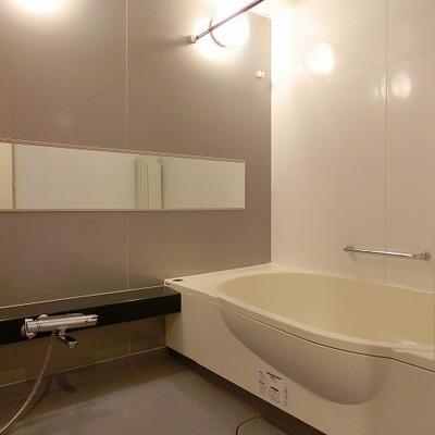 浴室乾燥にゆったりタイプの浴槽※画像は10202号室