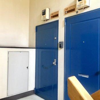 ドアも可愛くないですか?階ごとに色が違うんです!