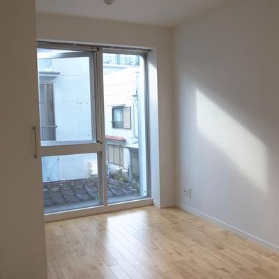 洋室には大きな窓。気持ちいいですね!