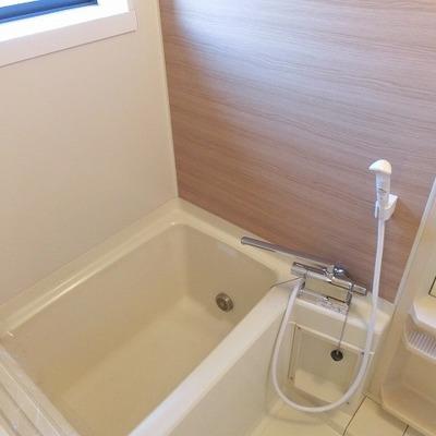 お風呂は既存ですが、木目調のアクセントシートでおめかし。