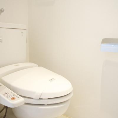 トイレも白い!※写真は別部屋