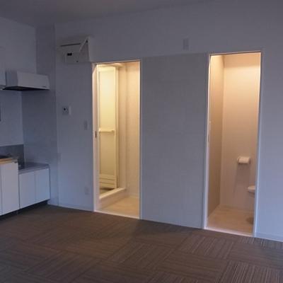 右がトイレ、左がお風呂です