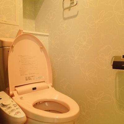 トイレは淡い水色のお花※写真は同タイプの別部屋。